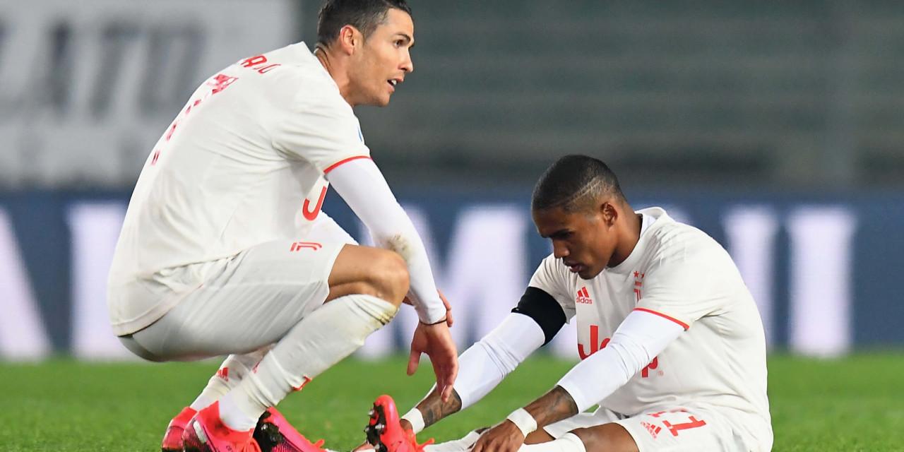 Altri problemi per la Juventus, Douglas Costa si ferma di nuovo: stop di 15-20 giorni
