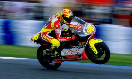 Valentino Rossi: 25 anni fa la prima gara. La storia del Dottore più pazzo della MotoGp