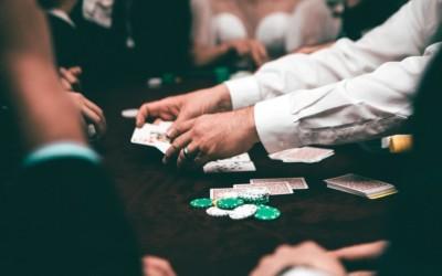 Strip poker online o dal vivo, cosa cambia